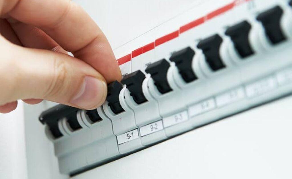 قبل از نصب کلید و پریز فیوز برق را قطع کنید.